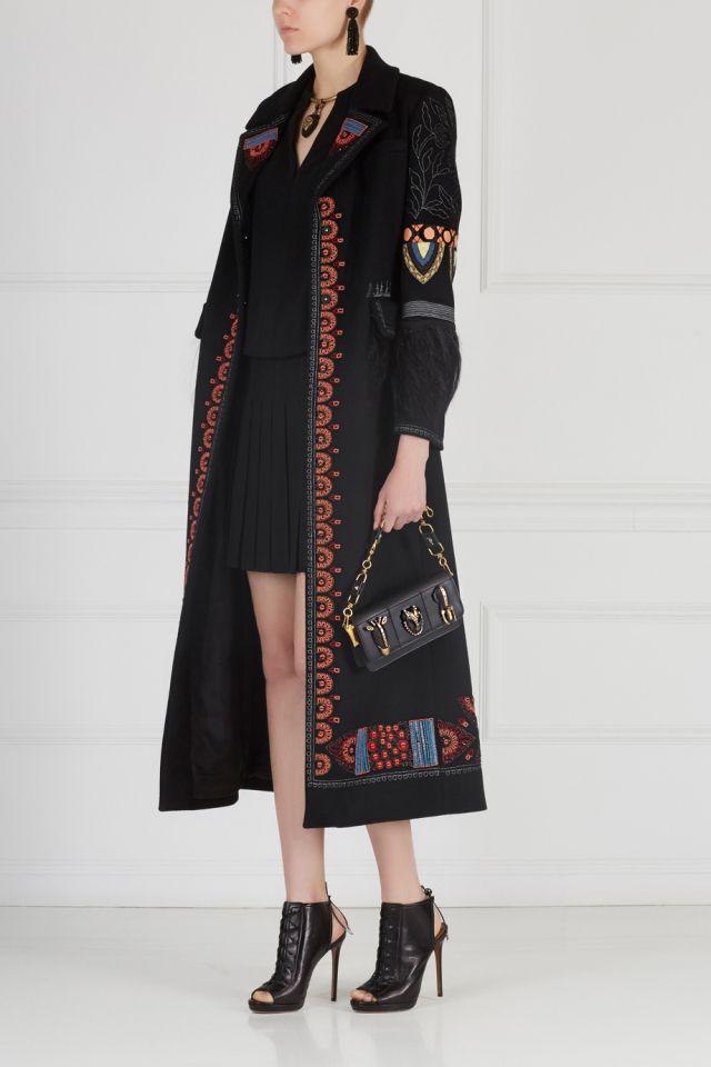 Пальто из шерсти и кашемира с вышивкой и перьями страуса Valentino - Роскошное пальто черного цвета из коллекции Valentino сделано из натуральных материалов: мягкой шерсти и кашемира в интернет-магазине модной дизайнерской и брендовой одежды