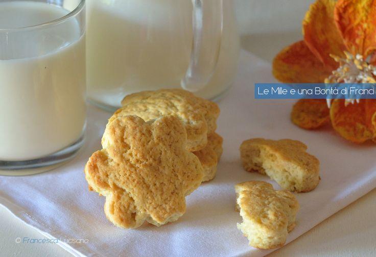 I biscotti senza uova e senza burro sono dei dolci leggeri e golosi preparati senza uova e senza burro. Sono ottimi se li si accompagna con il te.