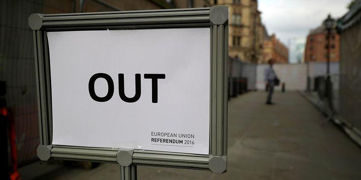 Zahlreiche Briten fordern nach dem knappen Sieg der Brexit-Befürworter eine zweite Volksabstimmung zur EU-Mitgliedschaft. Rund 60.000 Menschen unterzeichneten bis Freitagvormittag online eine entsprechende offizielle Petition. Die britische Regierung beantwortet alle Anliegen, die auf mehr als 10.000 Unterschriften kommen; bei mehr als 100.000 Unterschriften wird das Anliegen zur Debatte im Parlament ...
