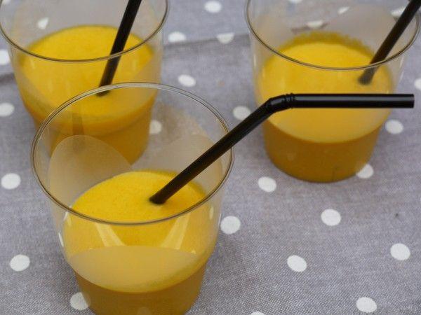 Une idée sympathique et fraîche pour un apéro : des verrines de soupe froide de carottes, lait de coco et citron vert.