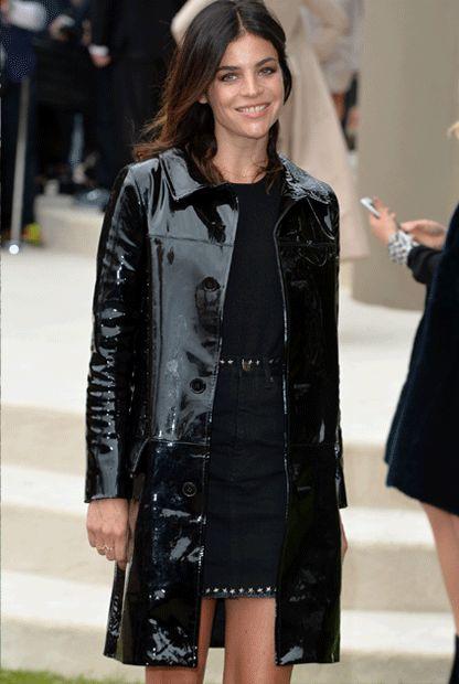 Chic, chic: Julia Restoin Roitfeld mit einem schwarzen Lackledermantel