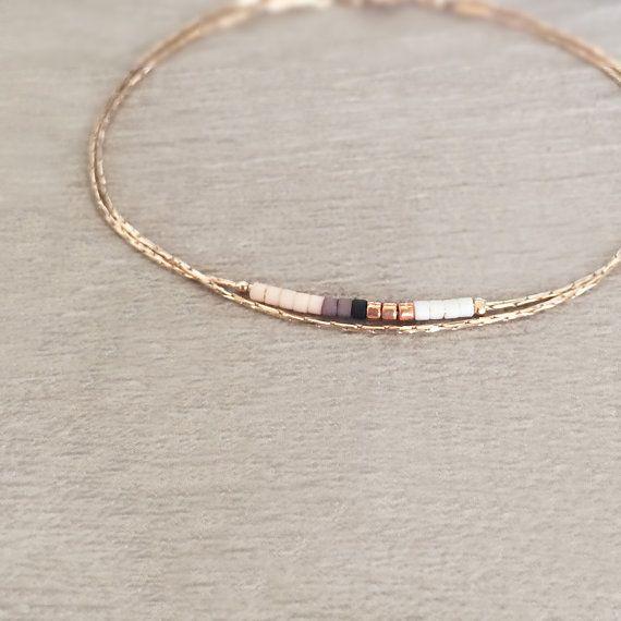 Bracelet minimaliste et délicat, composé de petites perles multicolores sur fine chaîne or rose dorée à lor fin.  Choisissez votre couleur préférée lors de lajout au panier, ainsi que la taille souhaitée.  ----------------------------- ⁂ OFFRE SPECIALE ⁂  Frais de port offerts pour toute commande supérieure à 45 € en ajoutant le code SHIP45 à votre panier !  ----------------------------- ✩ EMBALLAGE CADEAU ✩  Tous les bijoux Kurafuchi sont livrés prêts à offrir, dans une jolie pochette ou…