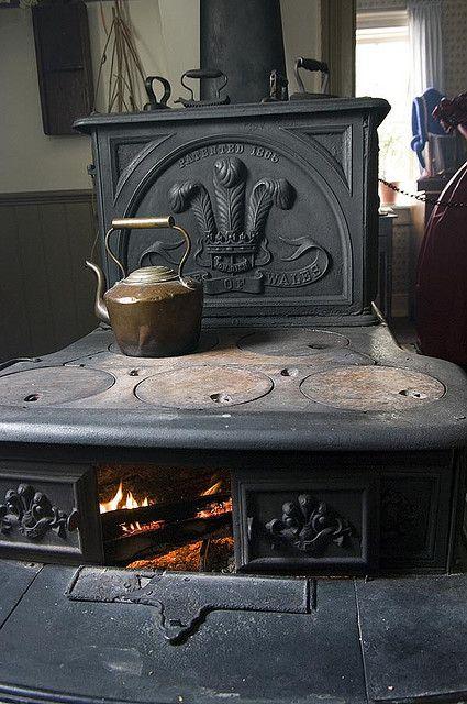 kitchen stove, Mackenzie House at Black Creek