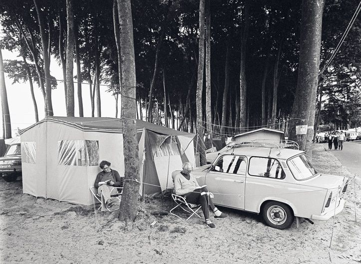 Auch in der DDR verbrachten viele Menschen ihren Urlaub gerne am Meer. 1982 fotografierte Ulrich Burchert einen Campingplatz in Ückeritz, Usedom.