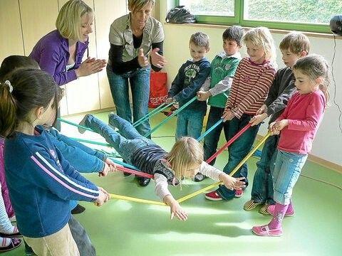 Groene spelen - iemand samen optillen met touwen