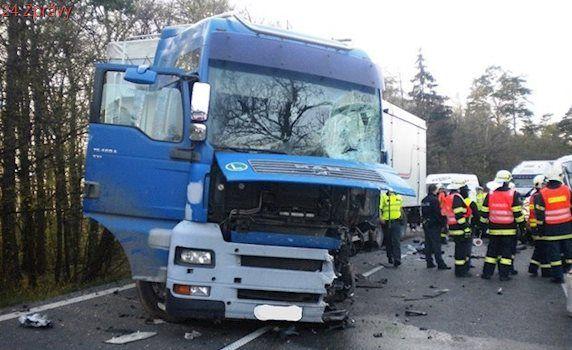 Řidič nepřežil na Znojemsku střet s kamionem. Pro ženu letěl vrtulník
