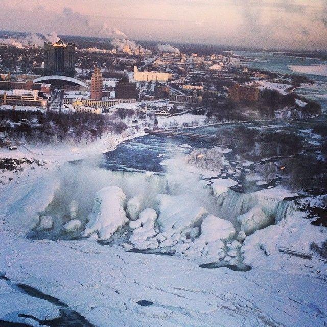 アメリカを襲った大寒波は、ナイアガラの滝まで凍らせた(画像)