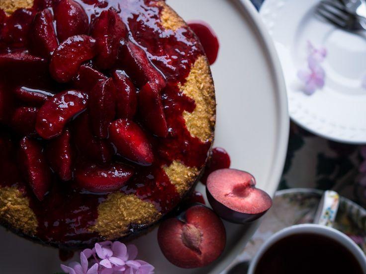 Простой, но очень текстурный и яркий сливовый пирог. В нем абсолютно нет муки, зато есть кукурузная крупа (полента) и кокосовая стружка, которые придают необычную текстуру и приятное похрустывание. Миндальная мука делает пирог нежным и воздушным. Кисловатые сливы отлично сочетаются здесь с тонким вкусом лимона и прекрасно дополнены ароматом ванили.