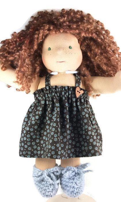 Doll dress and crocheted doll shoes by #mylittlepoppyseed – Robe et souliers crochetés pour poupée - #waldorfdollclothes #americangirldollclothes  #naturaldollclothes #bambolettadollclothes - Welcome in my Facebook page and Etsy shop!  https://www.facebook.com/MyLittlePoppySeedCreations https://www.etsy.com/shop/mylittlepoppyseed