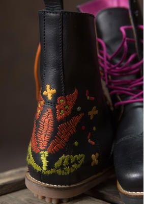 Schnürstiefel aus Nappaleder  Unsere zeitlosen Schnürstiefel aus Nappaleder gehören schon lange zu den Favoriten unserer Kunden. Das schöne Blütenmuster und die farbenfrohen Schnürsenkel sorgen für gute Laune! Obermaterial Nappaleder mit Futter aus Leder, chromfrei gegerbt. Das Fußbett der herausnehmbaren Innensohle stützt Ferse und Fußgewölbe. Dicke Gummisohle.