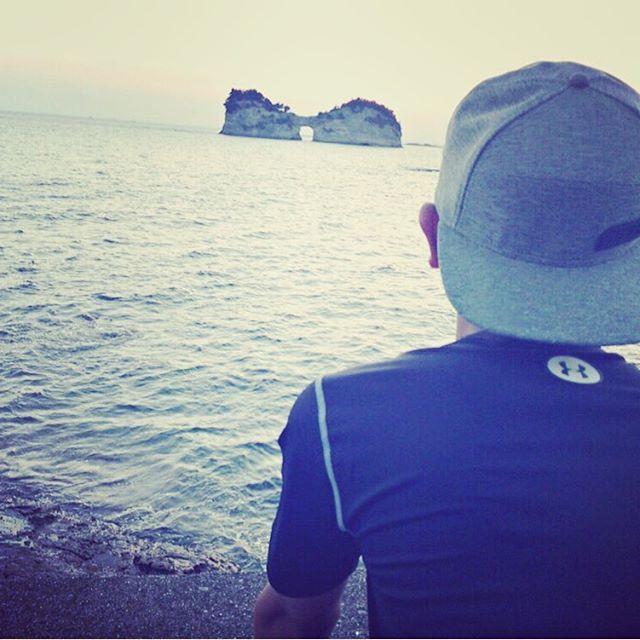 【miju1224】さんのInstagramをピンしています。 《息子の背中( •̅_•̅ )( 笑 )夏休みの思い出シリーズ2(笑) #息子#夏休み#和歌山#アンダーアーマー#海#my sun #真ん中から夕日…見れなかった(笑)#野球少年》