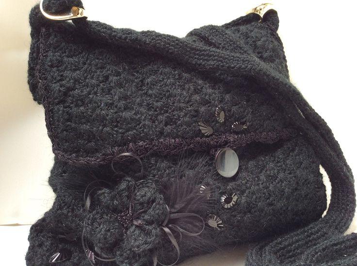 Cartera en crochet forrada en saten. venta por pedido en www.Gianatejidos/facebook.com