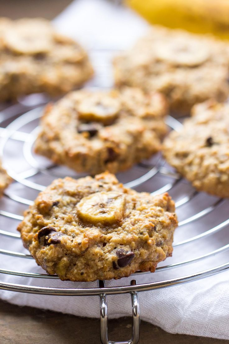 These VEGAN chunky monkey quinoa breakfast cookies are the perfect combination - oats, quinoa, chocolate, peanut butter and banana!