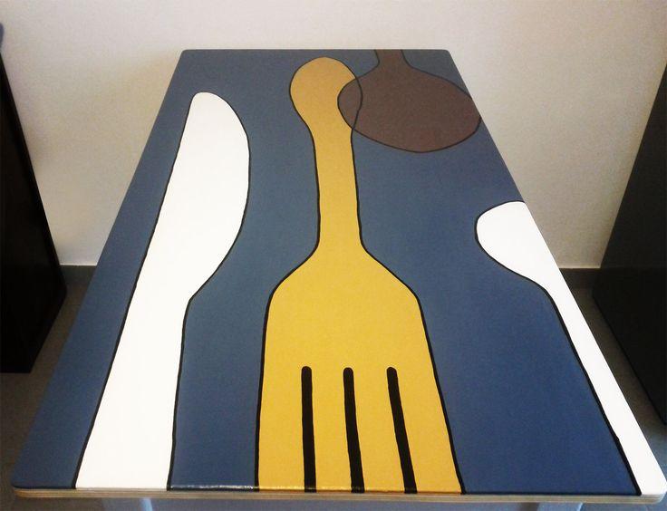 Come rinnovare un vecchio tavolo in formica? La nostra lettrice Sabrina G. ha disegnato sul piano posate stilizzate e poi le ha dipinte con colori di tendenza.