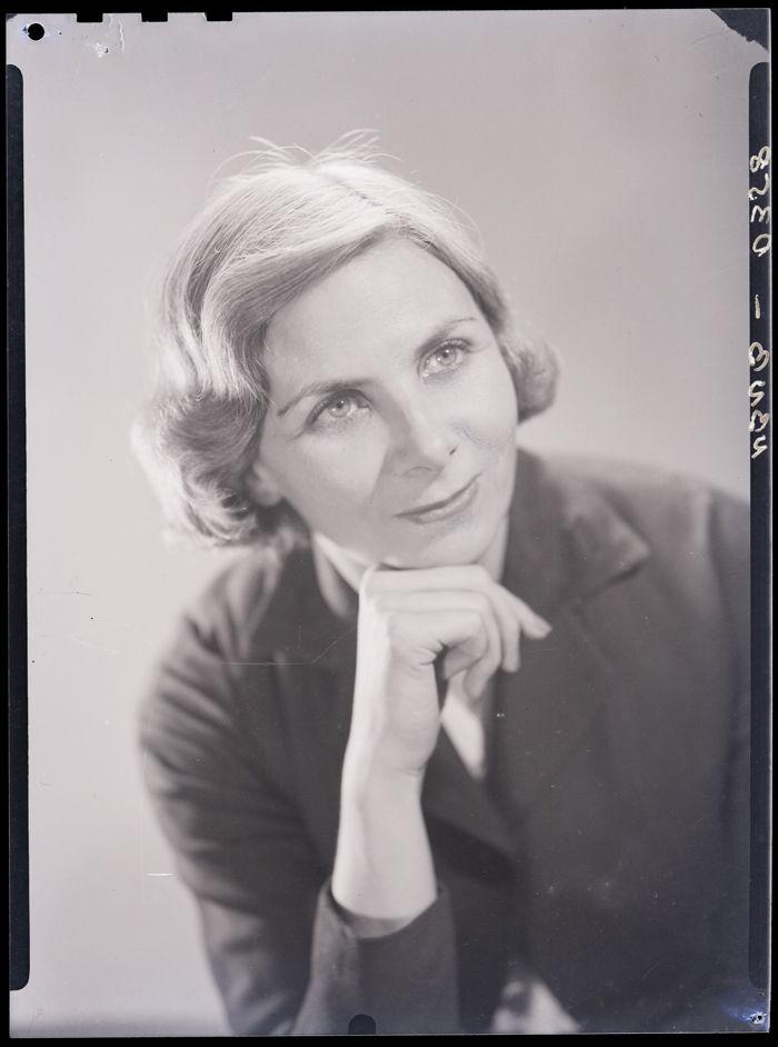 Periodista, traductora y escritora. Se dedicó a reportajes y entrevistas, realizó críticas de arte, literatura y cine. Fue una de las fundadoras del Círculo de Periodistas y de la Carrera de Periodismo de la Universidad de Chile.