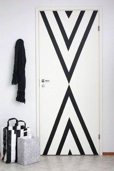 Une porte graphique en masking tape pour un relooking déco express - La déco au masking tape, ça nous scotche ! - CôtéMaison.fr