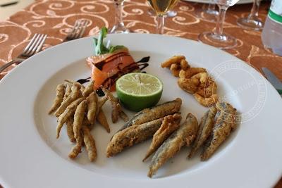 pesciolini fritti e salmone con rucola
