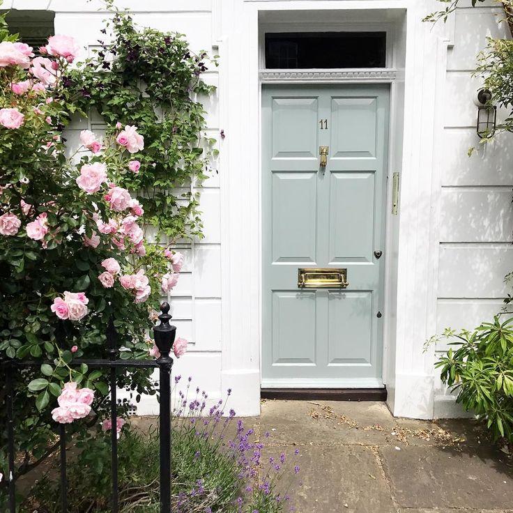 Back to London & its cute doors ♥️ portas londrinas versão primavera, com flores para compor! Vic Ceridono | Dia de Beauté