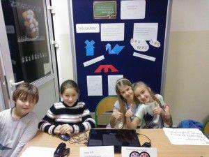 """Wczoraj tj.09 grudnia odbyły się Targi Szkoły 2.0.Nasza klasa prezentowała hasło """"Służymy pomocą innym w wykorzystaniu TIK"""". Podczas Targów zaprezentowaliśmy jak praktycznie wykorzystujemy TIK. Zaprezentowaliśmy  strony www, które wykorzystujemy do nauki matematyki oraz ortografii. Przygotowaliśmy także magiczne kwadraty, które można było rozwiązać podczas Targów. A największą sensacją było połączenie za pomocą Lynca z naszą koleżanką."""