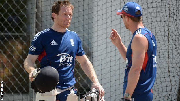 Eoin Morgan speaks with assistant coach Paul Collingwood