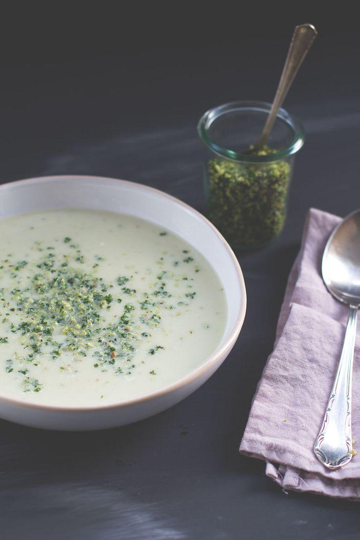 Rezept für Blumenkohl-Birnen-Suppe mit Blauschimmelkäse und Haselnuss-Petersilien-Topping von moeyskitchen.com