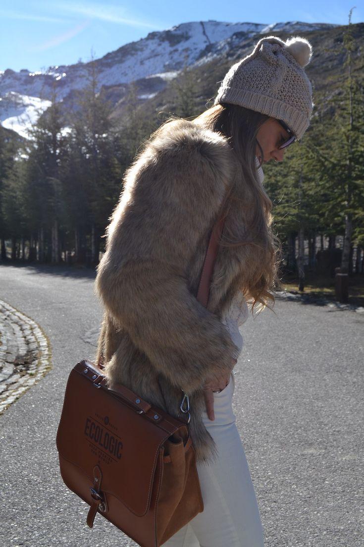 Araceli Vera de Guapa y con Estilo escogió nuestro maletín de cuero Kibo en color camel para su viaje a Sierra Nevada.  https://www.brochbroch.com/43-maletin-de-cuero-kibo-miel.html #AraceliVera #maletíndecuero #Ecologic #brochbroch
