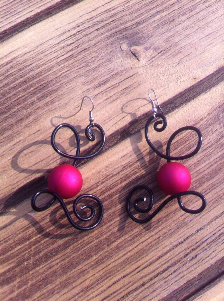Boucles d'oreilles n°007  En fil d'aluminium noir et ses perles de couleur roses  Retrouvez ce modéle sur ma page facebook : https://www.facebook.com/olivia.creation.5