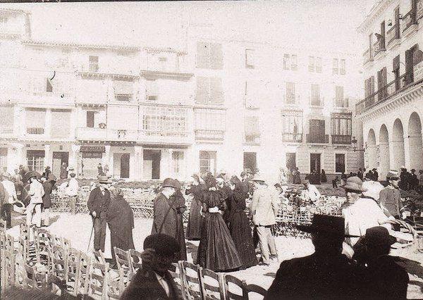 Plaza de San Francisco 1900. Sillas preparadas para acomodarse y ver pasar las cofradías haciendo estación de penitencia en la Semana Santa que aquel año comenzó el 8 de Abril.