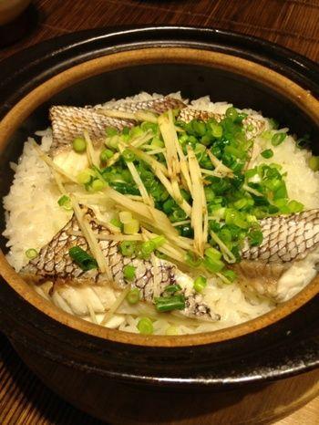 おこげもおいしい♪土鍋ごはんの炊き方をマスターしよう! | キナリノ 土鍋で炊く鯛めし≫ 鯛だってこのとおり! お出汁と一緒に