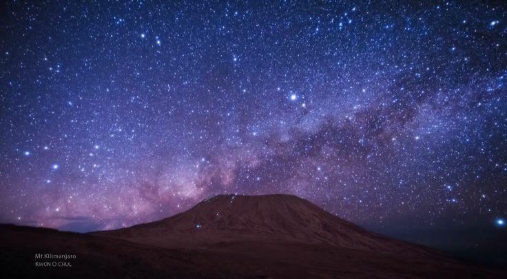 Nuit étoilée sur le Kilimandjaro – time lapse | Video here :  http://alexblog.fr/time-lapse-etoiles-kilimandjaro-42703/