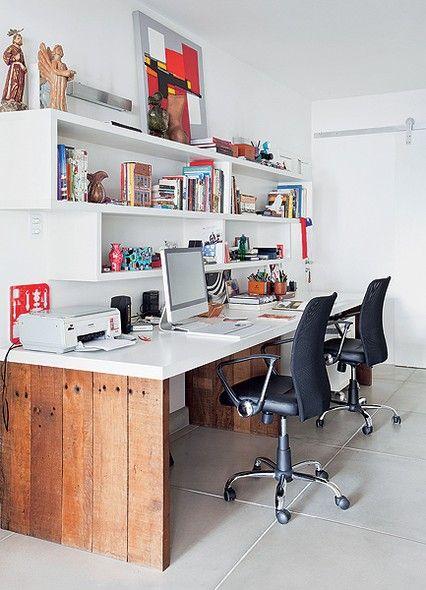 Para quem trabalha em casa, a cor branca é uma boa opção para o escritório, pois não desvia a atenção. Casa do paisagista Gil Fialho