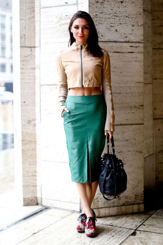 Falda tubo en tono esmeralda y top con cremallera color nude.