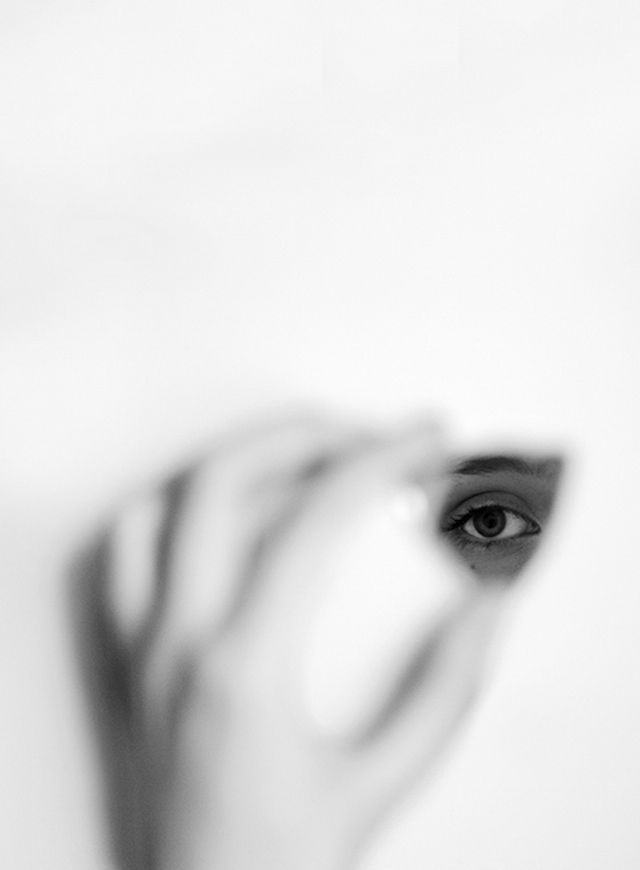 Jack Davison Photography  English photographer Jack Davison travelled across 26 States of America to take very beautiful portraits of people and cities, often in black and white. With an excellent sense of composition and a delicate grain, he adds surrealistic themes by juxtaposing eyes on hands or by erasing faces, in an abstract way. A beautiful work playing on reflections and shadows, to discover…