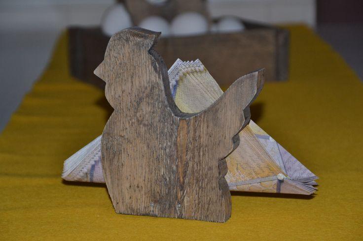 Påskepynt, serviettholder, høne, produseres og selges hos www.kagens.no Også dørskilt, skilt til do, bad, wc, hytte, velkommen skilt, andre gaveartikler.