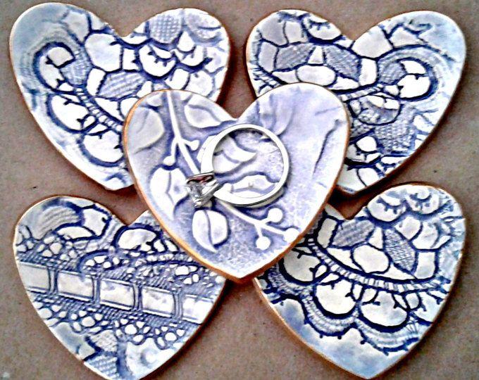 2 1/2 Zoll, die jeder Keramik Herz Ring Schalen  Wie süß sind, dass diese 5 Itty Bitties Ring Schalen Herz!! Platzieren sie rund um Ihr Haus, Ihre Ringe sicher zu halten, wenn Sie benötigen, nehmen sie off... oder halten ein und geben die anderen Freunde gerechte Sache!  Dieses Stück wurde gefeuert, Hand glasiert, dann wischte sie sich also jedes Detail zeigt Kristall klar und schließlich in eine klare Glasur glasiert. Es wird dann erneut ausgelöst. Antike Spitze und handgemachte Briefmarken…