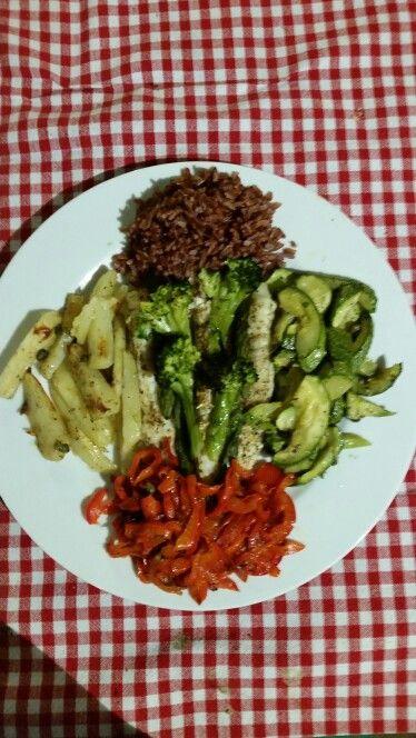 Aggiungi riso tailandese rosso e peperoni saltati in padella per decorare