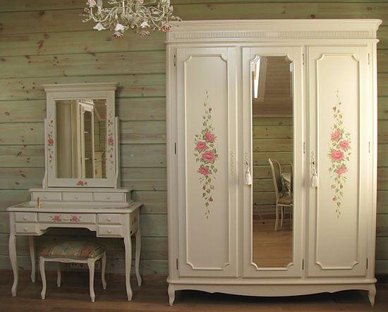 Мебель в стиле Прованс поддержана стилистическим решением стен