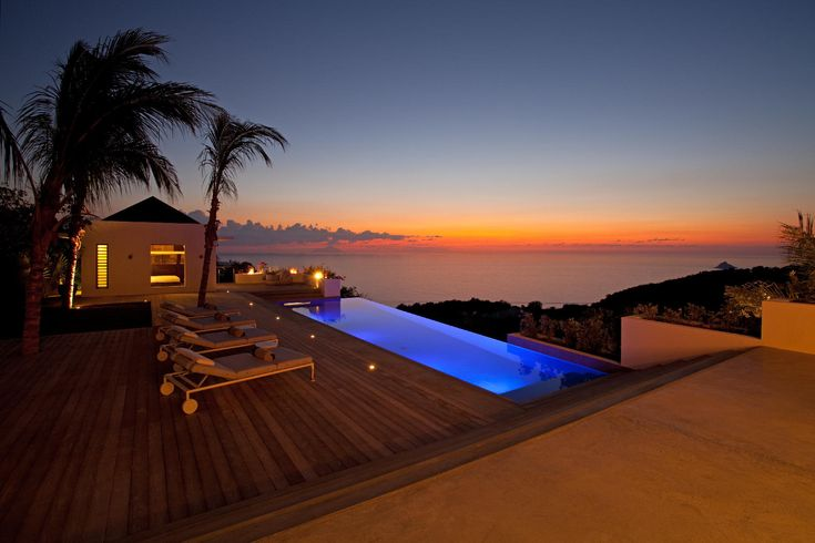 Located in Lurin, just minutes from downtown Gustavia. This contemporary villa with 4 bedrooms offers a spectacular sight at sunset.