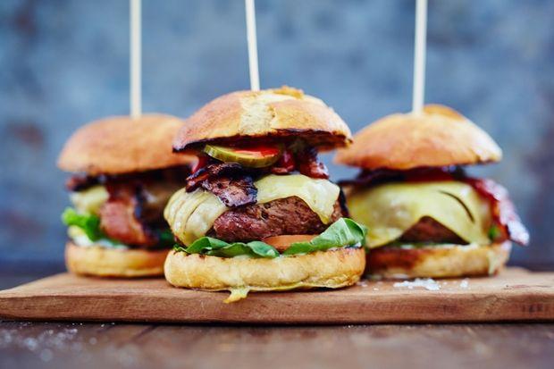 Saftig burger med hjemmelavet bearnaise-mayo | Spis Bedre