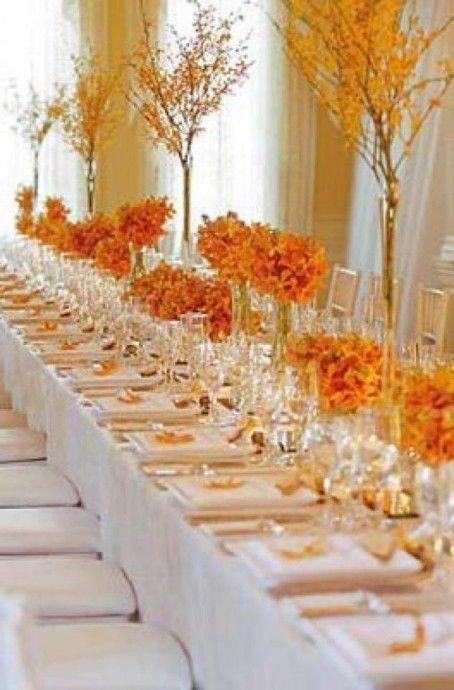 Pour un mariage automnal le code couleur est de rigueur ! Alors on part sur de l'orange, de la teinte que vous désirez . Super chouette cette idée de branchage pour vos centres de table qui rappellent magnifiquement les arbres qui se dénudent en automne. Dans le thème à coup sûr avec cette décoration orange.