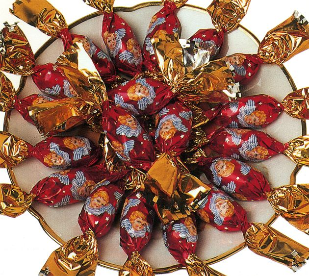 From the end of November or beginning of December the Hungarian postal services send innumerable packages to addresses all over the world, because not a single Hungarian family living in the diaspora should have to miss out on the typical candy Christmas tree decoration or Hungarian szaloncukor.