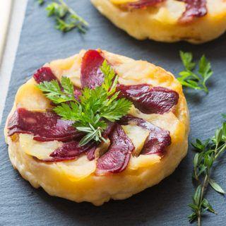 De jolies tartes aux pommes et magret de canard pour une entrée festive.