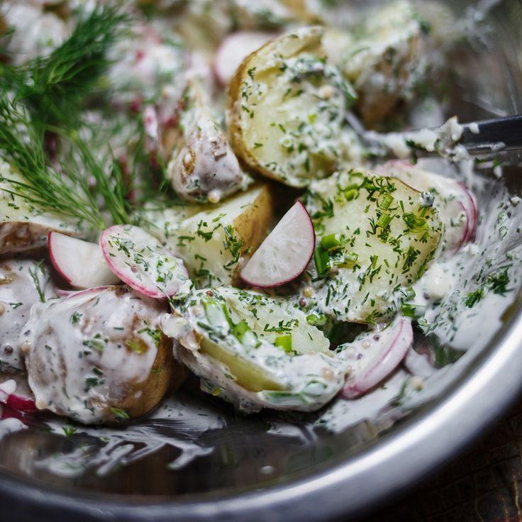 Ziemniaki do obiadu - szybka wiosenna sałatka z młodych ziemniaków, rzodkiewki i ziół, z jogurtowym sosem i musztardą.