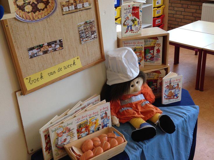 Thema tafel, boekjes bakkertje-deeg, bakkersmuts, neobroodjes, plaatjes over de bakker.