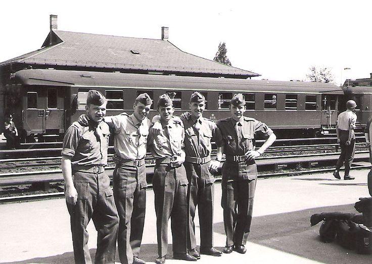 Simonsens soldater på vej på orlov. Fra venstre: 319, 326, 330, 327 og 321.