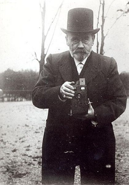 Emile Zola taking a photograph (b/w photo) Archives Charmet Private Collection Bridgemanart.com