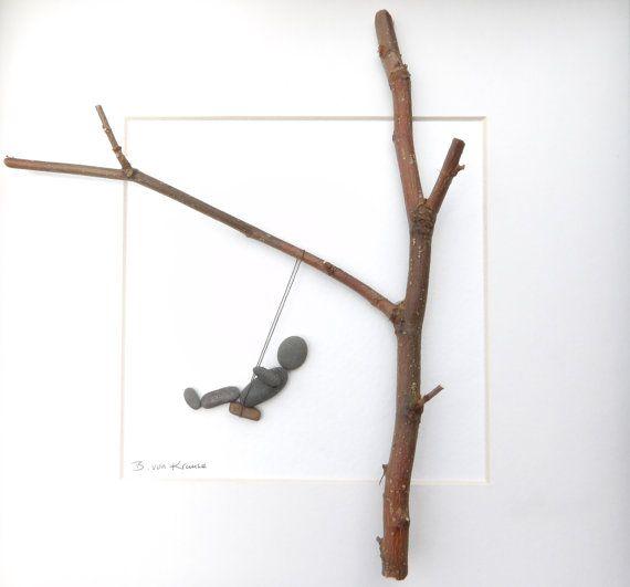Schöner Kiesstrand Bild mit Schaukel-Motiv mit einer Mischung aus natürlichen Materialien.  In diesem Bild haben wir eine kleine Kiesel Person Mitte Schwingen auf einer Schaukel hing an einem Baum Zweig Größe.  Es ist in den Scottish Borders Naturmaterialien gesammelt lokal gemacht... Mit Naturmaterial bedeutet, dass keine zwei Bilder immer ganz das gleiche, so dass dies eine völlig einzigartige Ergänzung für jeden Raum.  Die Bildgröße, einschließlich Rahmen, ist 25x25cm, wenn Sie außerhalb…