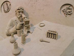 水で固めただけの砂の塊を彫る彫刻芸術「砂像」を展示する「砂の美術館」(鳥取)