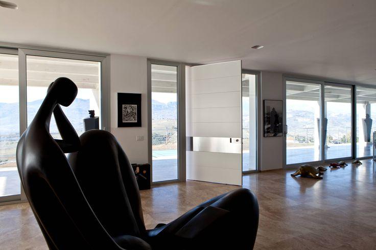 Una villa con una magnifica posizione panoramica sulle colline di Pescara. La conformazione stessa pare voglia aprirsi alla natura e dominare il paesaggio.