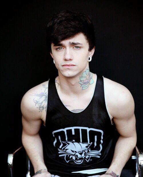 I loveeeee his neck tattoo